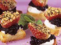 Häppchen mit Kaviar und Pfeffererdbeeren Rezept