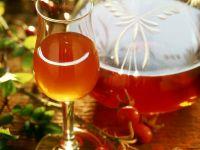 Hagebuttenlikör in Glas und Flasche Rezept