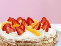 Haselnuss-Baisertorte mit Erdbeeren, Pfirsich und Schlagsahne