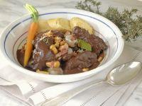 Hasen-Pfeffer-Eintopf mit Perlzwiebeln und Pilzen Rezept