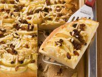 Hefe-Blechkuchen mit Apfel und Mandeln Rezept