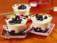 Heidelbeer-Joghurt mit Veilchen Rezept