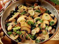 Herbstliche Pilzpfanne mit Lauchzwiebeln Rezept