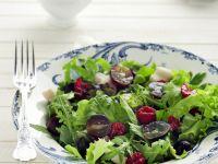 Herbstlicher Salat mit Himbeeren und Trauben