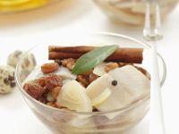 Heringssalat mit Zwiebeln, Sultaninen und Zimt Rezept