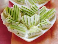 Herz-Häppchen aus Weißbrot, Frischkäse und Gurke Rezept