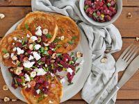 Herzhafte Reis-Pfannkuchen mit Roter Bete, Feta und Haselnüssen