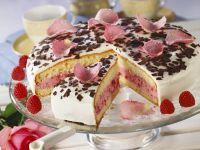 Himbeer-Joghurt-Torte mit Rosenblättern Rezept