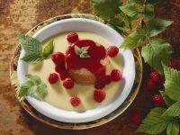 Himbeerflan mit vanillecreme und Beeren