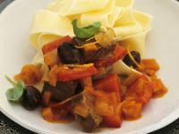 Hirschgulasch mit Paprika, Oliven und Nudeln Rezept