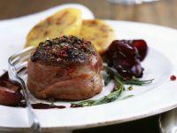 Hirschkalbsrücken mit Pfeffer dazu Rotweinschalotten Rezept