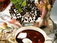 Holunderbeersuppe mit Schneenocken
