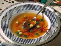 Hühnerbouillon mit bunten Gemüseperlen Rezept