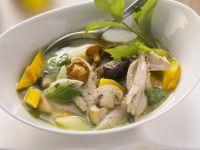 Hühnersuppe mit Pilzen und Gemüse