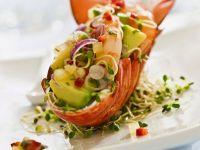 Hummer gefüllt mit Avocado-Garnelen-Salat auf Sprossen Rezept