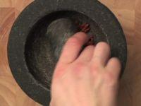 Wie Sie getrocknete Chilischoten am besten fein zerkleinern