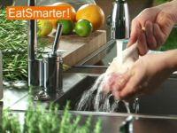 Wie Sie Hähnchenkeulen richtig waschen und würzen