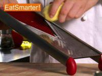 Wie Sie rohe Kartoffeln am besten in feine Scheiben hobeln