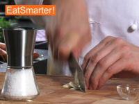 Wie Sie Knoblauch und Salz raffiniert zur Paste zerdrücken