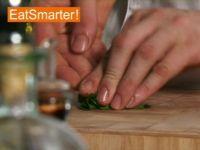 Wie Sie Korianderblätter mühelos hacken