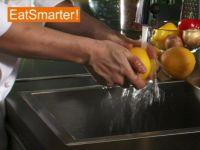 Wie Sie eine Orange richtig waschen, schälen und in Scheiben schneiden