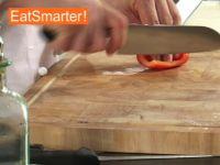 Wie Sie Paprikaschoten geschickt in sehr feine Würfel schneiden
