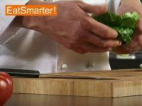 Wie Sie Römersalat ganz einfach in Streifen schneiden