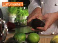 Wie Sie eine Avocado richtig schälen, halbieren und entsteinen
