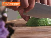Wie Sie eine halbierte Avocado geschickt würfeln