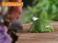 Wie Sie eine halbierte Avocado quer in Scheiben schneiden