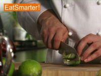 Wie Sie eine halbierte Avocado ganz einfach in Spalten schneiden