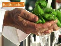 Wie Sie Basilikum richtig waschen und die Blättchen abzupfen