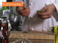 Wie Sie Basilikumblätter kinderleicht in Stücke zupfen