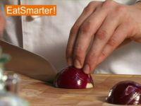 Wie Sie eine rote Zwiebel am besten grob würfeln