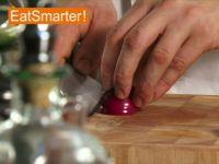 Wie Sie eine Zwiebel im Handumdrehen in Streifen schneiden