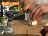 Wie Sie eine ganze Zwiebel am besten in Scheiben schneiden