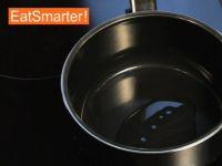 Wie Sie eine gewürfelte Zwiebel schnell und einfach glasig dünsten