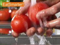 Wie Sie eine Eiertomate richtig waschen, halbieren und entkernen