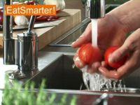 Wie Sie Tomaten am besten waschen, putzen und entkernen