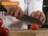 Wie Sie eine gehäutete Tomate am besten vierteln und entkernen