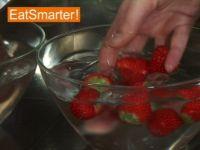 Wie Sie Erdbeeren richtig waschen und putzen