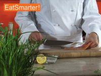 Wie Sie Lachsfilet gekonnt in sehr feine Würfel schneiden