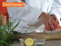 Wie Sie Lachsfilet am besten in schmale Scheiben schneiden