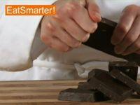 Wie Sie Schokolade am besten in Stücke hacken