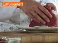 Wie Sie frisches Thunfischfilet ganz einfach in Würfel schneiden