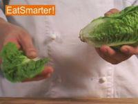 Wie Sie ein Salatherz richtig putzen, waschen und vierteln