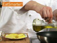 Wie Sie Kartoffelspalten raffiniert mit Gewürzen braten