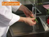 Wie Sie Okraschoten richtig waschen und putzen