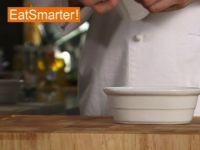 Wie Sie eine Form wirksam mit Frischhaltefolie auslegen
