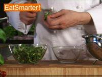 Wie Sie Feldsalat richtig putzen, waschen und trockenschleudern
